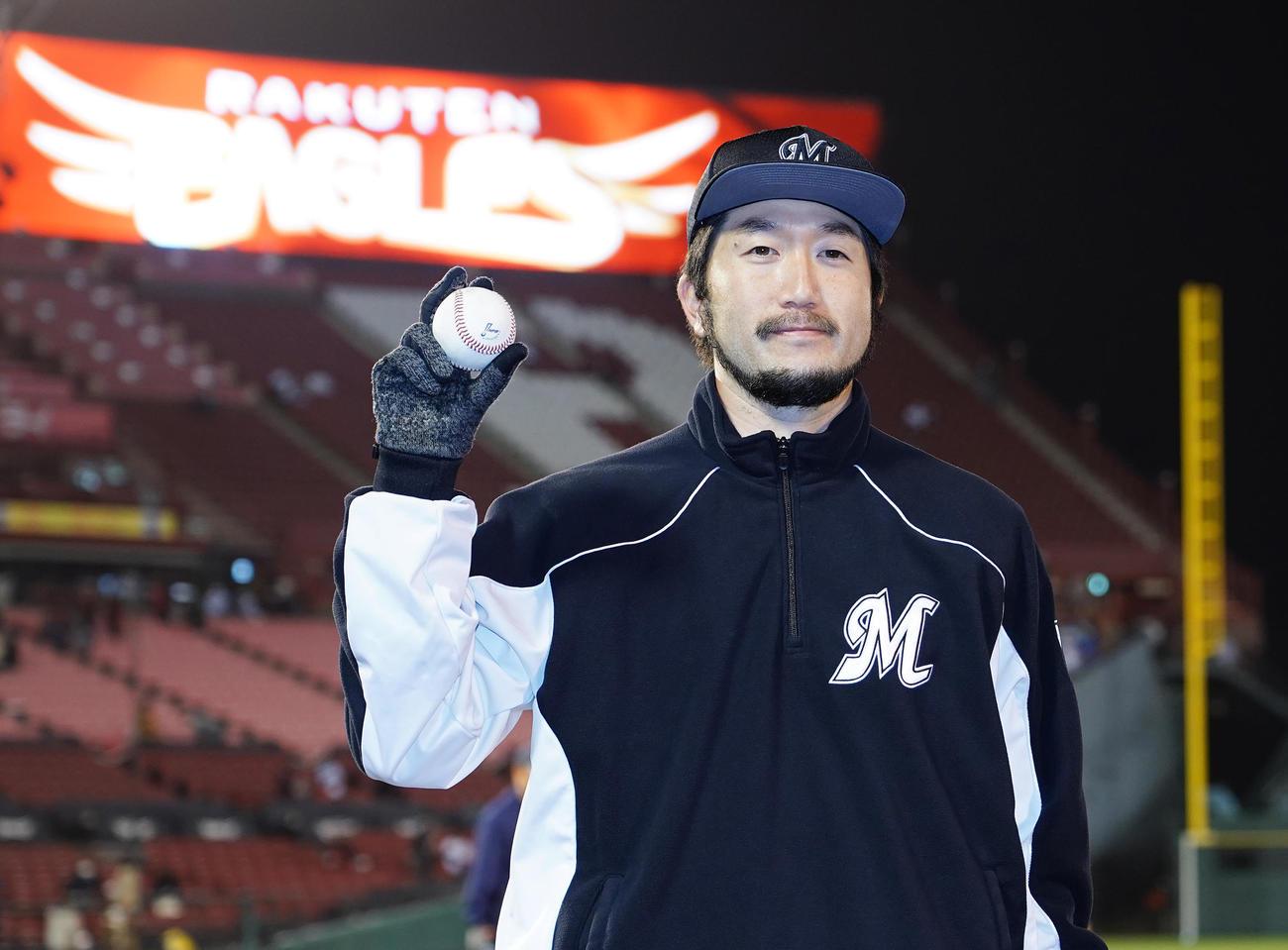 楽天に先発し、7回を7安打1失点で今季初勝利を挙げたロッテ石川は、ウイニングボールを手にする(撮影・菅敏)