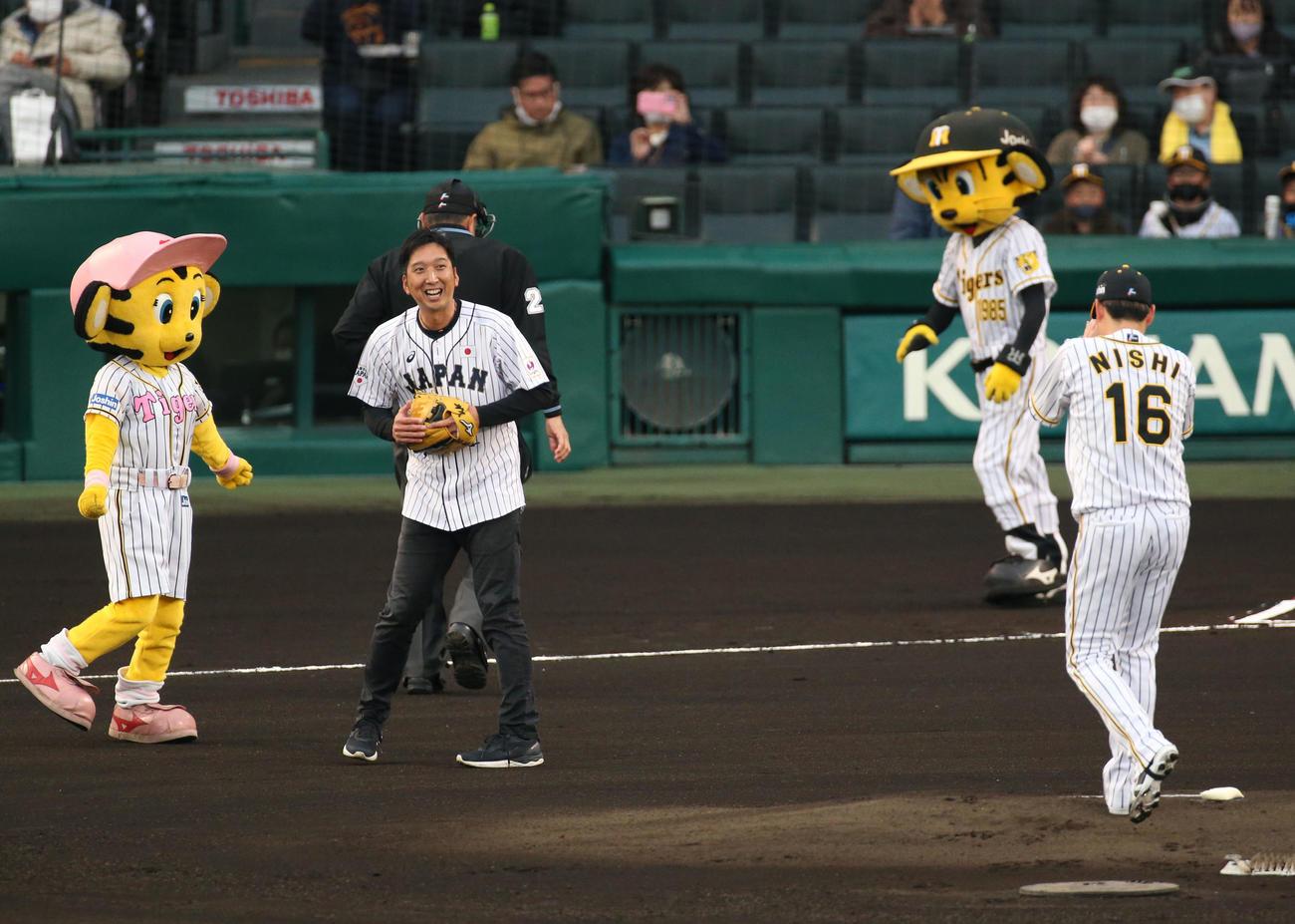 始球式を終え笑顔を見せる藤川球児SA(撮影・上山淳一)