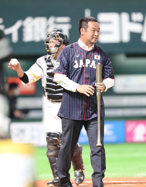 始球式で打席に立った松中信彦氏(撮影・梅根麻紀)