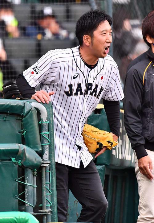 始球式の後、グラウンドにあいさつして引き揚げる藤川球児SA(撮影・上田博志)