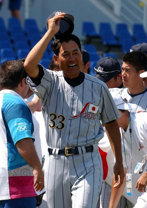 アテネ五輪で銅メダルを獲得した中畑清ヘッドコーチは、帽子を取ってホッとした表情(04年8月25日)