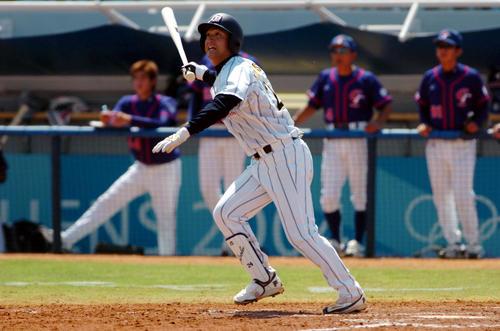 アテネ五輪の台湾戦で本塁打を放つ高橋由伸(04年8月21日)