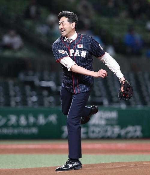 始球式を務めるG.G.佐藤氏(撮影・黒川智章)