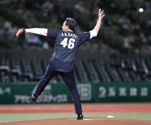 始球式でボールがすっぽ抜けるG.G.佐藤氏(撮影・黒川智章)