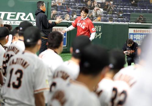 始球式を務めた後、巨人ベンチにあいさつする高橋由伸氏(撮影・狩俣裕三)