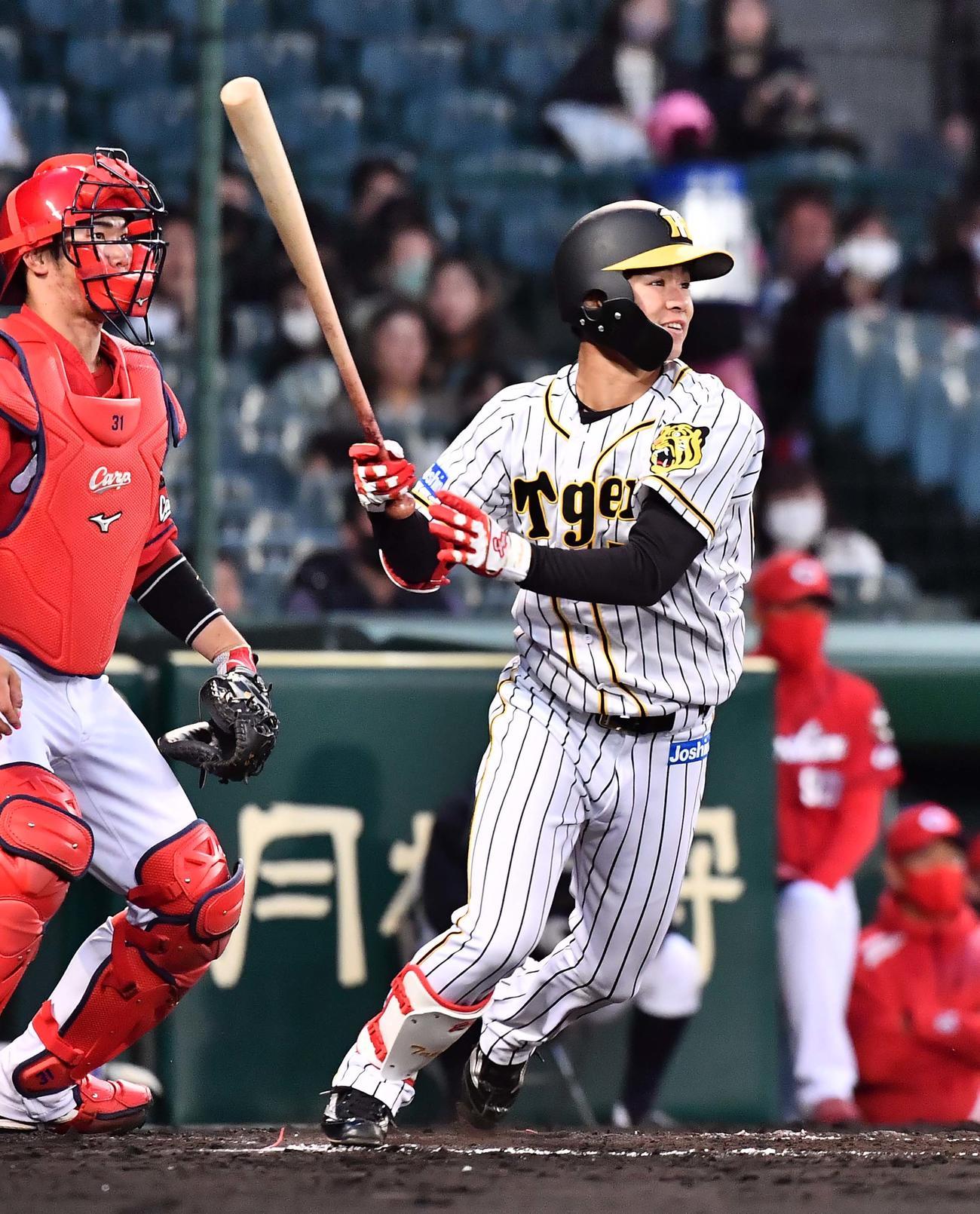 阪神対広島 2回裏阪神2死一、二塁、右前に先制適時打を放つ中野(撮影・上田博志)