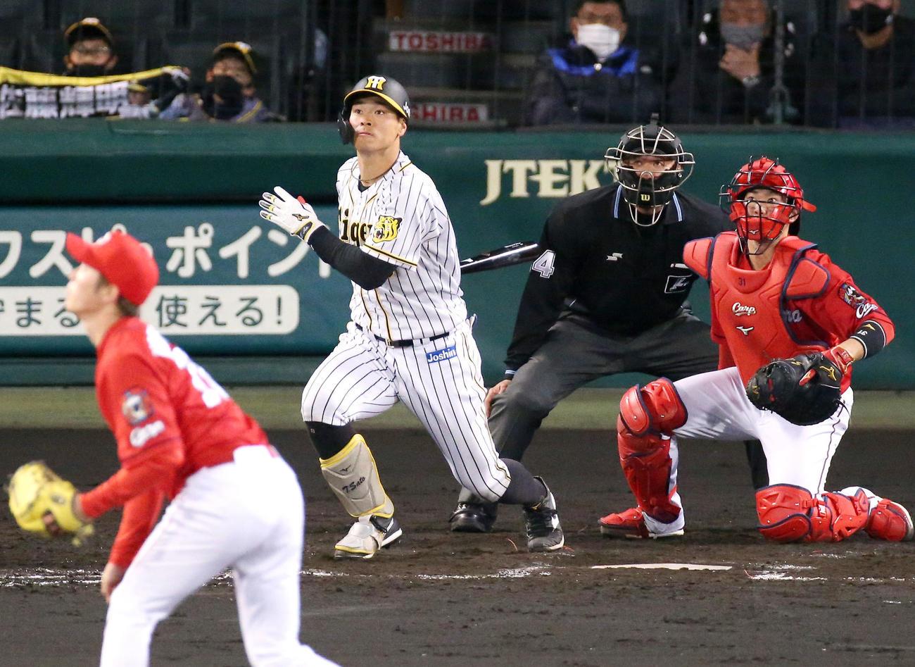 阪神対広島 4回裏阪神無死一塁、佐藤輝は甲子園1号となる右越え2点本塁打を放つ(撮影・上山淳一)