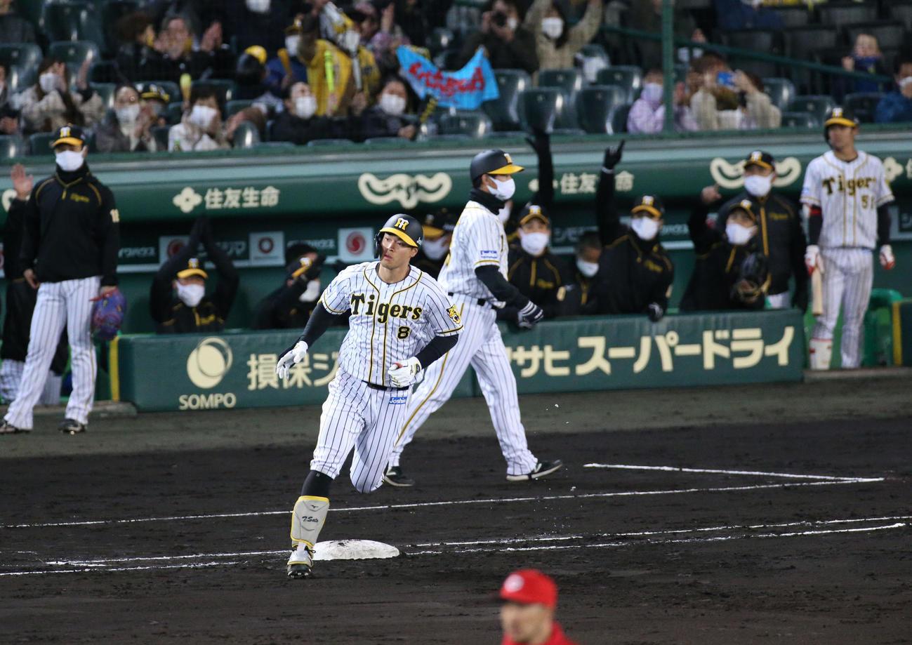 阪神対広島 4回裏阪神無死一塁、佐藤輝は右越え2点本塁打を放ち一塁を回る(撮影・上山淳一)