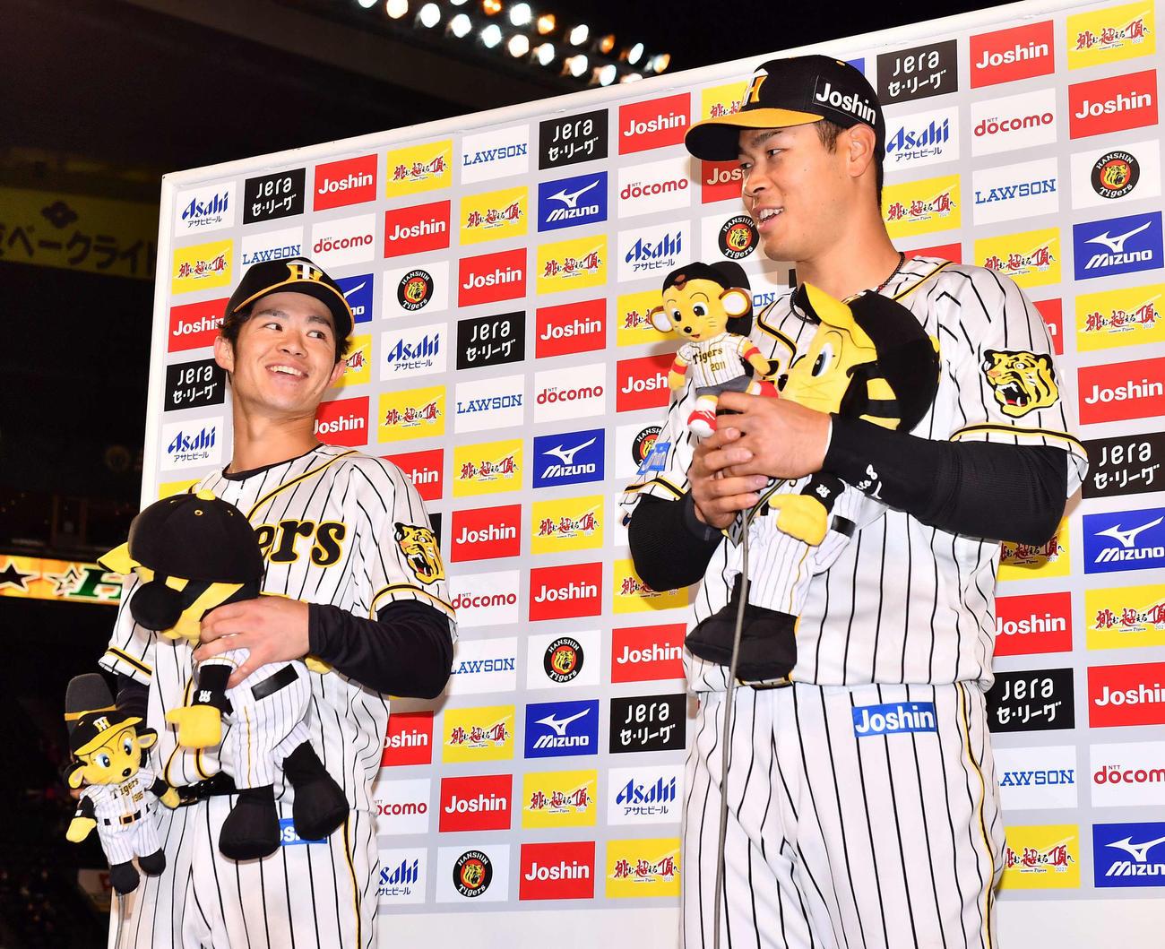 阪神対広島 甲子園での初ヒーローインタビューで笑顔を見せる中野(左)と佐藤輝(撮影・上田博志)