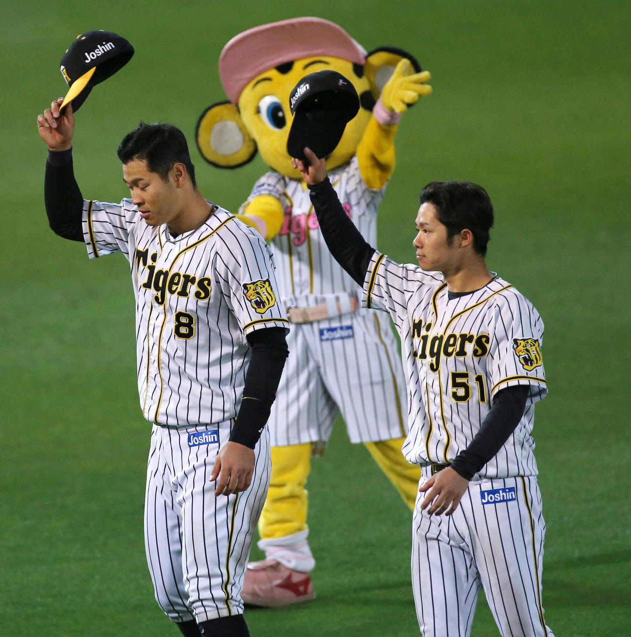 阪神対広島 スタンドのファンにあいさつするヒーローの佐藤輝(左)と中野(撮影・上山淳一)