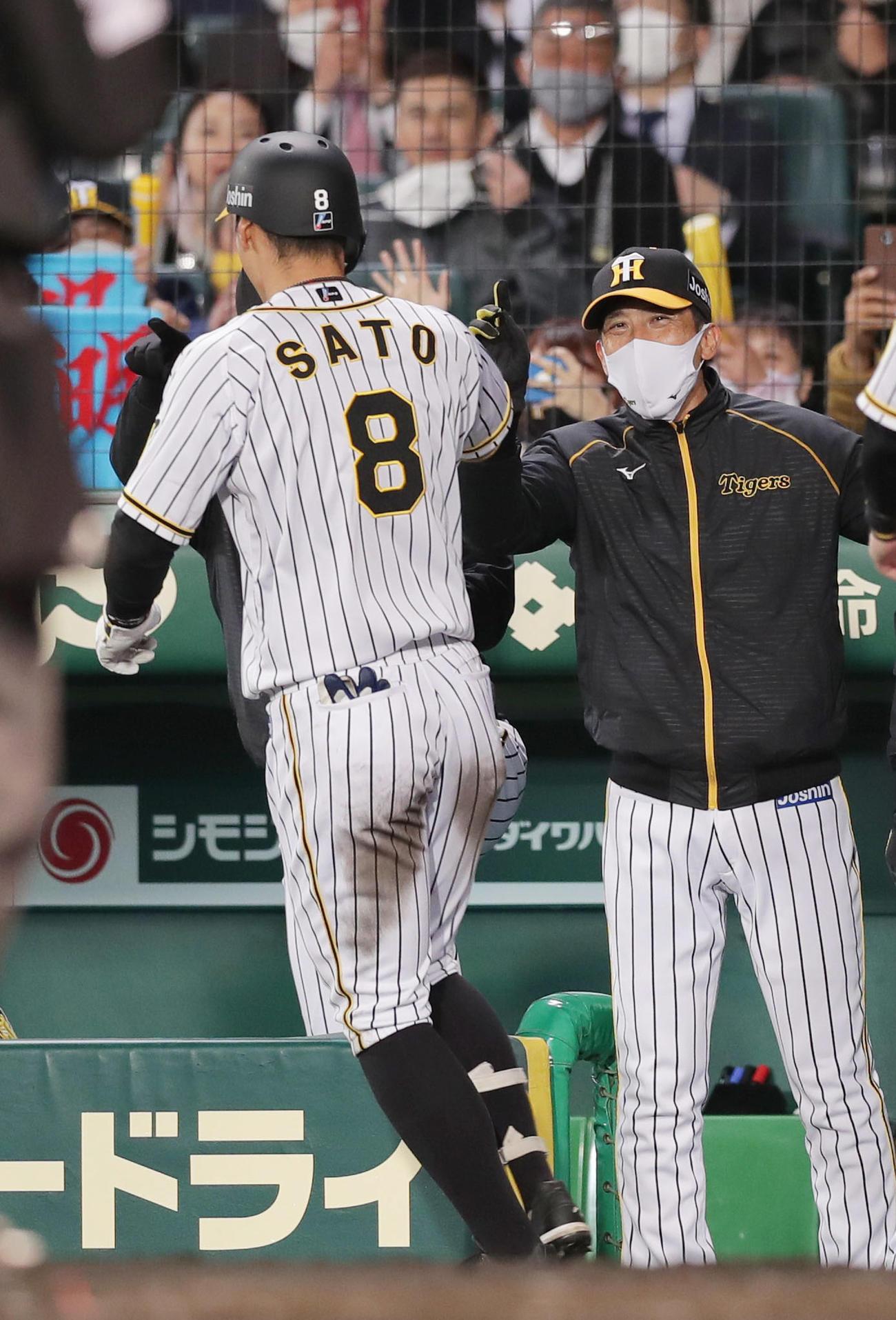 阪神対広島 4回裏阪神無死一塁、右中間へ2点本塁打を放った佐藤輝(左)を笑顔で迎える矢野監督(撮影・前田充)