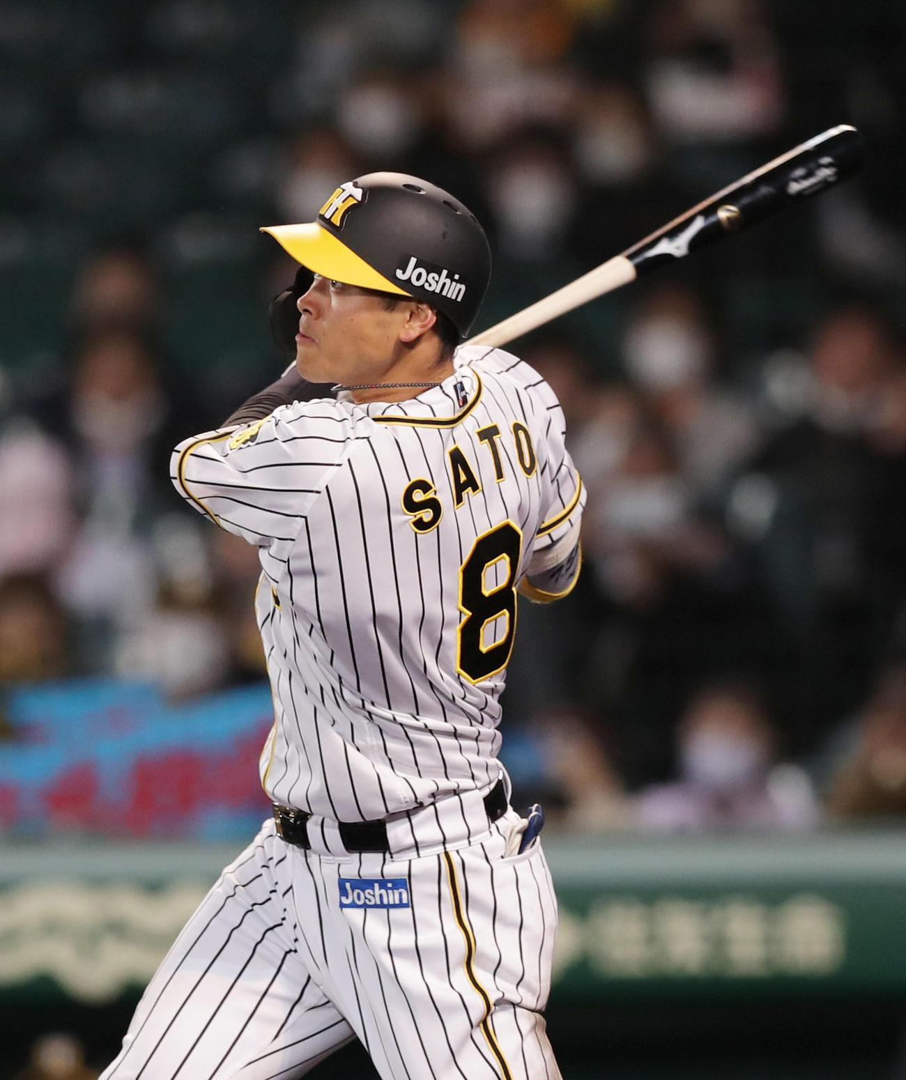 阪神対広島 4回裏阪神無死一塁、右中間へ2点本塁打を放つ佐藤輝(撮影・前田充)