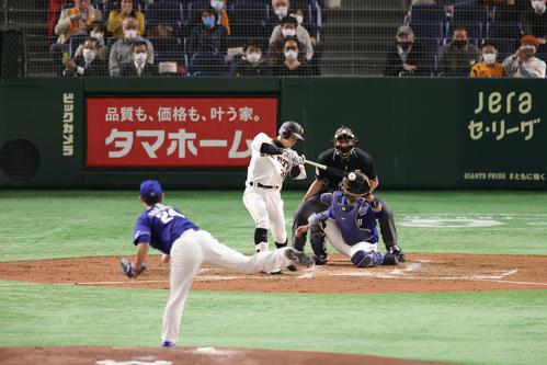 巨人対中日 2回裏巨人2死二、三塁、中前適時打を放つ松原。投手福谷(撮影・垰建太)