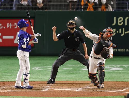 巨人対中日 7回表中日1死一塁、打者井領(左)の時、二盗を狙った根尾を刺す大城(右)(撮影・垰建太)