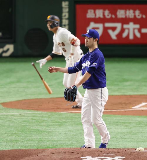 巨人対中日 1回裏巨人無死、坂本勇(左)に二塁打を許す福谷(撮影・垰建太)