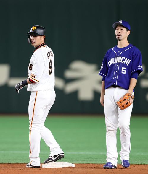 巨人対中日 3回裏巨人2死一、三塁、三塁走者梶谷との重盗で二塁へ進む亀井(左)。右は阿部(撮影・狩俣裕三)