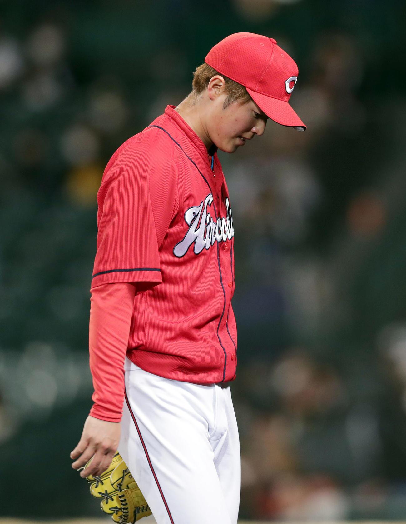 阪神対広島 4回裏を投げ終え、佐藤輝に本塁打を浴びた森下はうつむきながらベンチへ戻る(撮影・前田充)