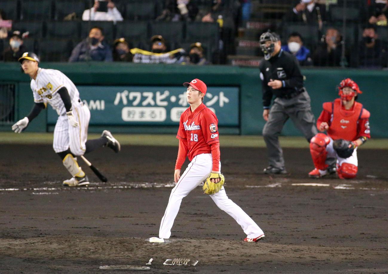 阪神対広島 4回裏阪神無死一塁、森下(手前)は佐藤輝に右越え2点本塁打を浴びる(撮影・上山淳一)