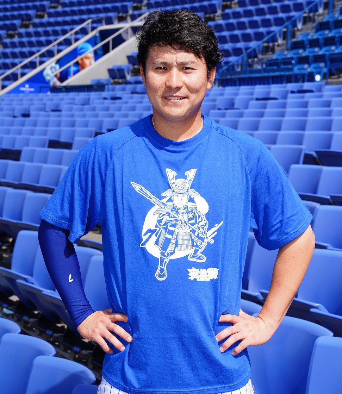 DeNAが5月25~27日のオリックス戦と6月1~3日ソフトバンク戦(ともに横浜)で配布する戦国Tシャツを着る佐野(球団提供)