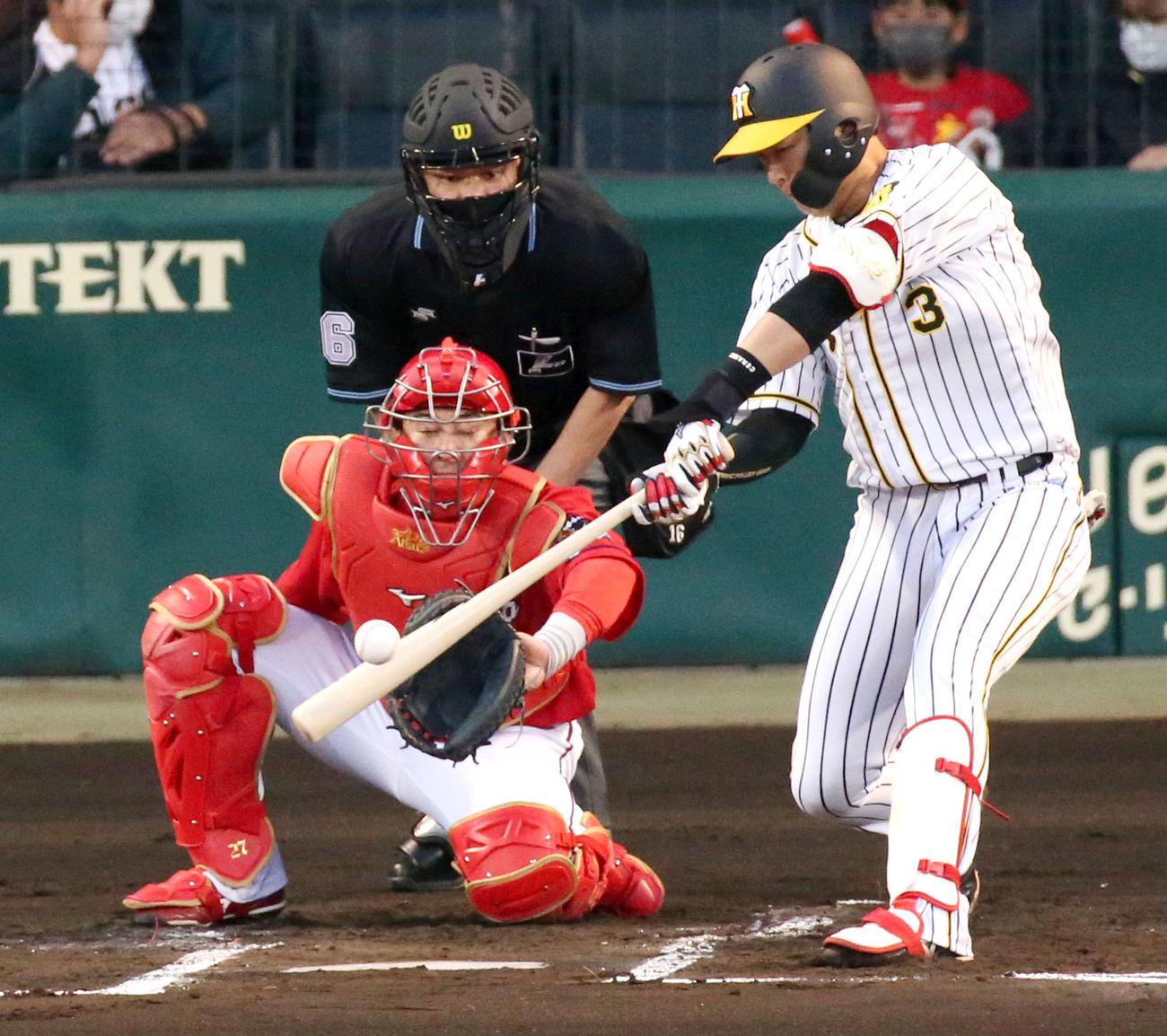 阪神対広島 1回裏阪神2死一塁、大山は左越え2点本塁打を放つ(撮影・上山淳一)