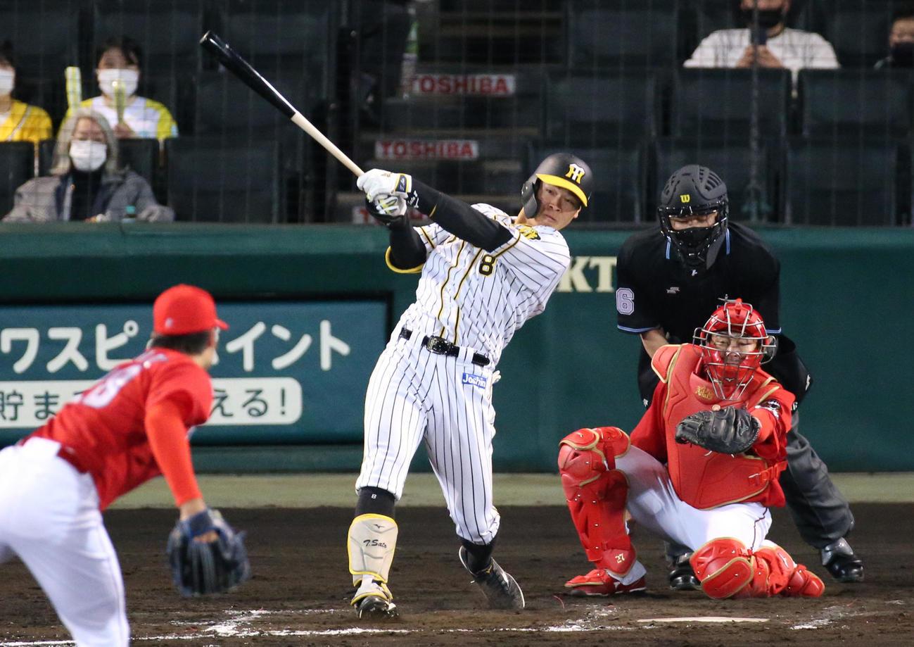 阪神対広島 4回裏阪神無死一塁、佐藤輝は中越え2点本塁打を放つ(撮影・上山淳一)