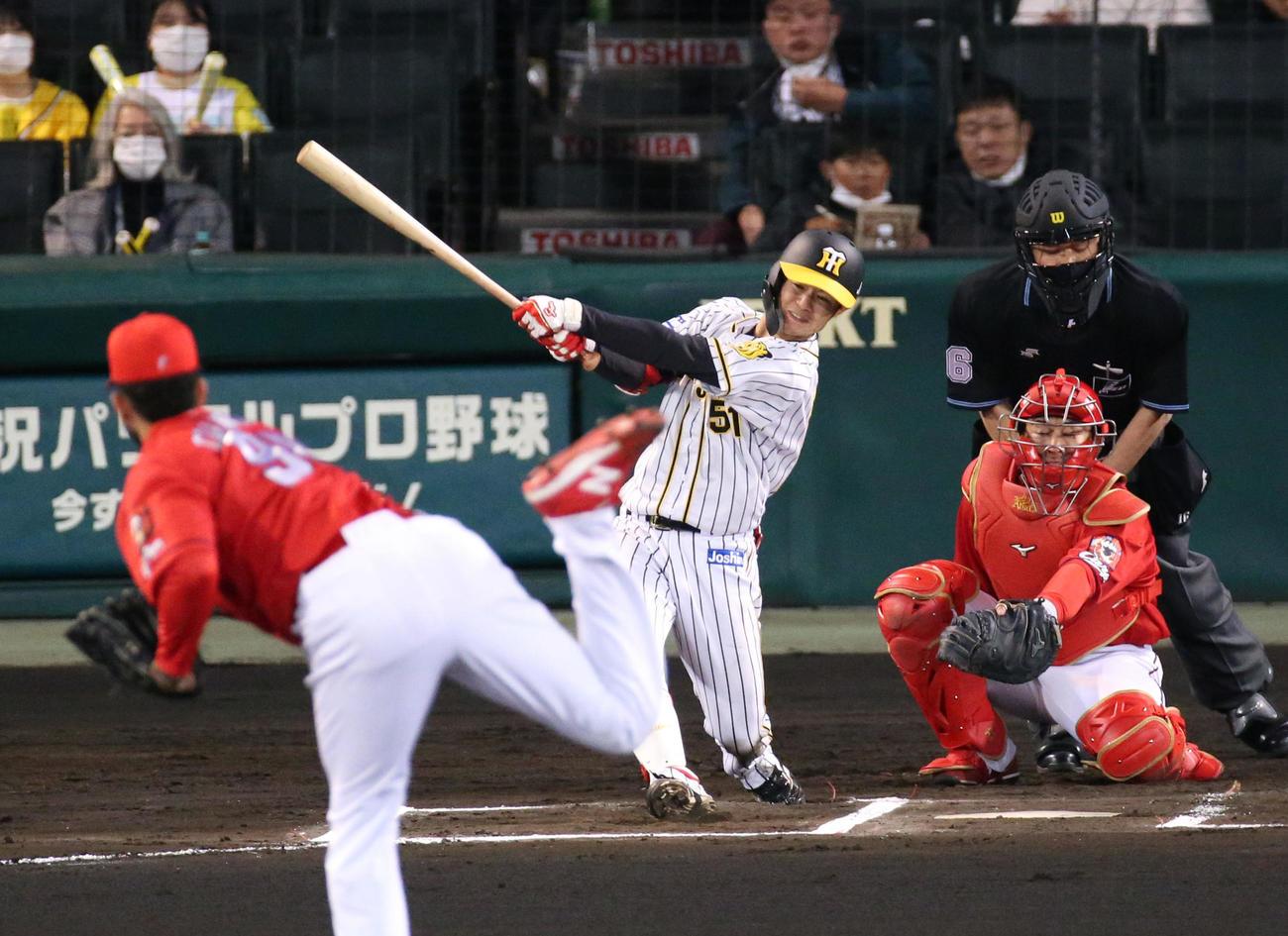 阪神対広島 6回裏阪神1死、中野は右へ二塁打を放つ(撮影・上山淳一)