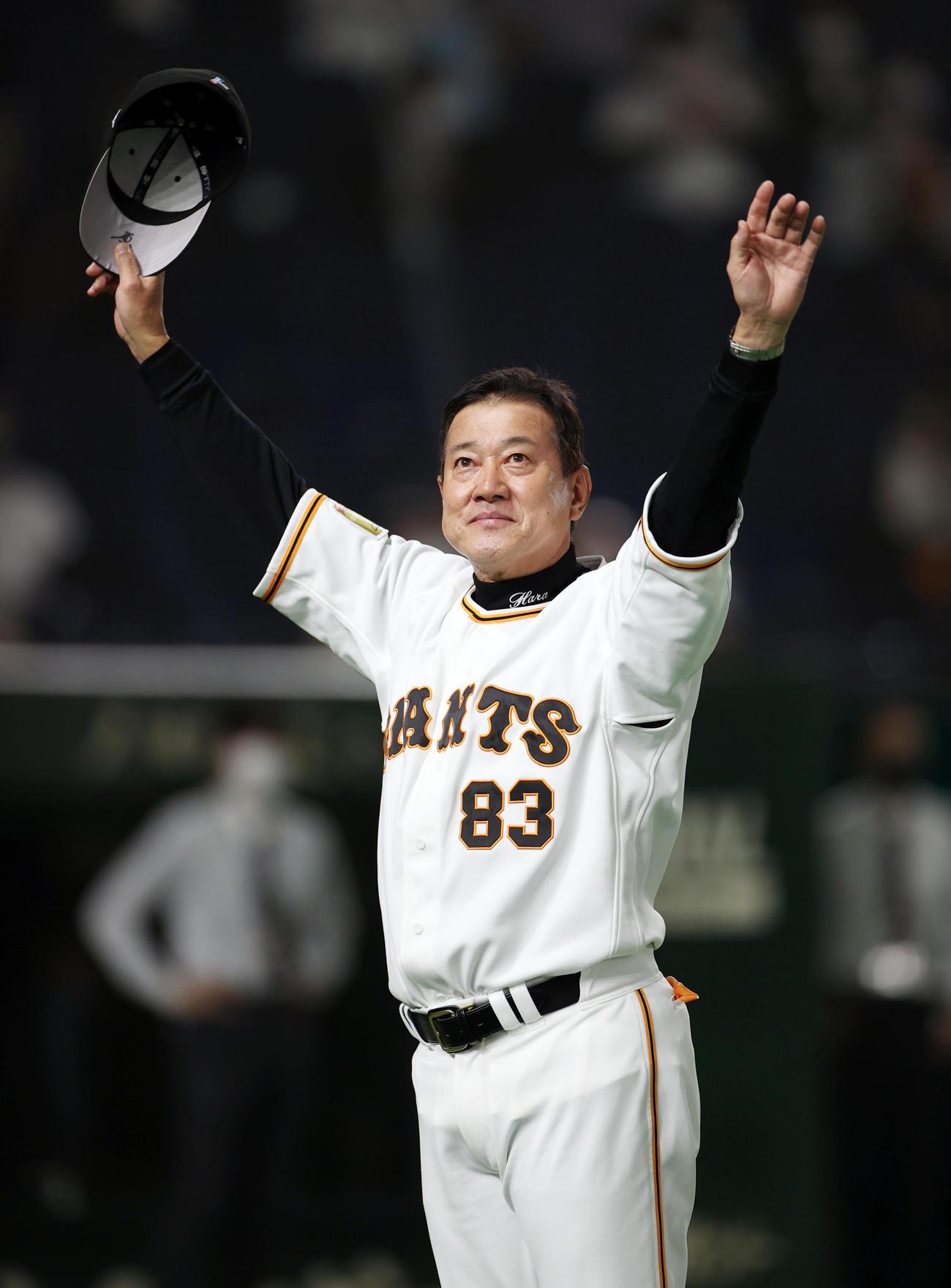 巨人対中日 試合後、通算1100勝目を達成し、ファンの声援に応える原監督(撮影・狩俣裕三)
