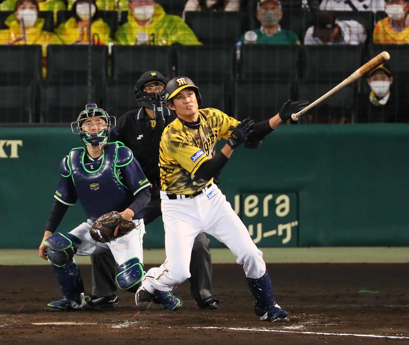 阪神対広島 5回裏阪神2死二塁、藤浪は先制の左越え2点本塁打を放つ(撮影・宮崎幸一)
