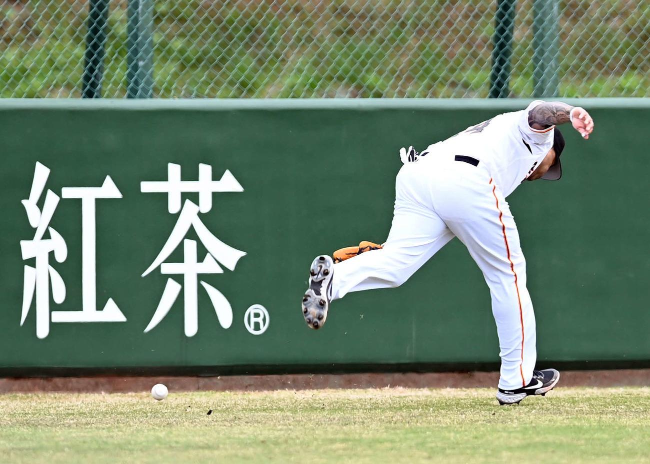イースタン・リーグ 巨人対楽天 4回表楽天2死一、二塁、左翼手テームズが内田の打球を後逸し2点を献上(撮影・たえ見朱実)
