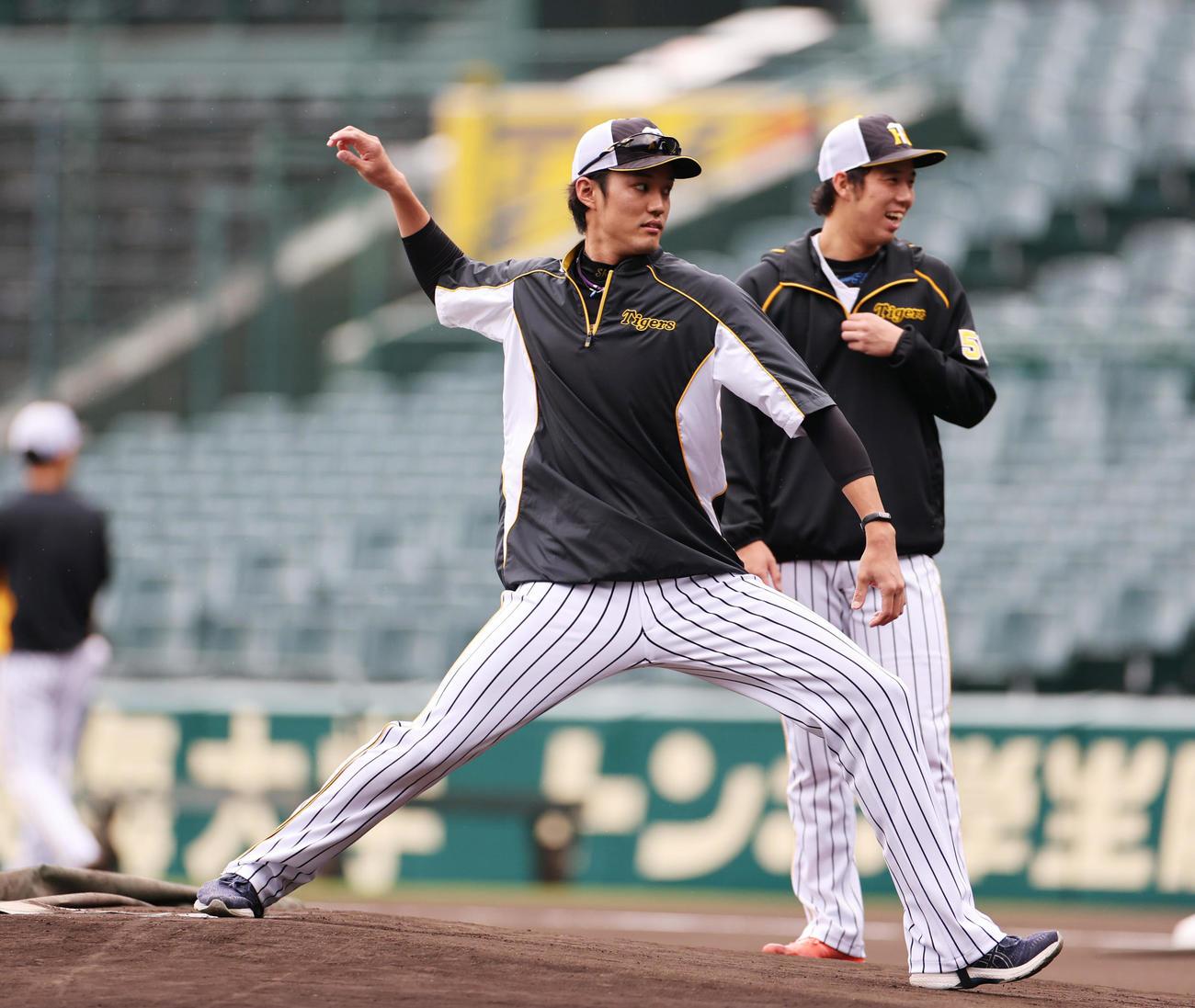 阪神対ヤクルト マウンドを確かめる藤浪(左)と青柳(撮影・清水貴仁)