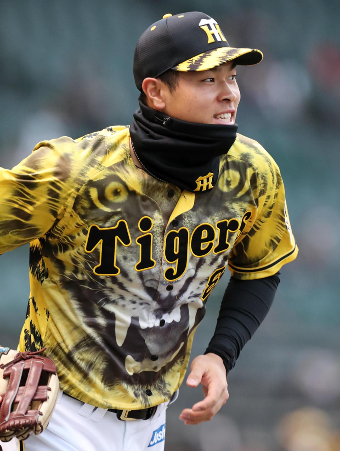 阪神対ヤクルト 今日はウル虎の夏2021ユニホームを着用してグラウンドに出る佐藤輝(撮影・加藤哉)