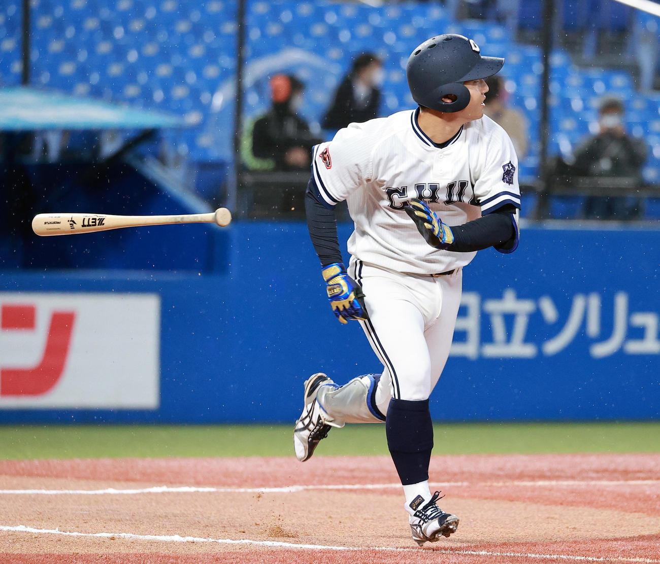青学大対中大 7回裏中大2死一、三塁、古賀は左中間3点本塁打を放つ(撮影・浅見桂子)