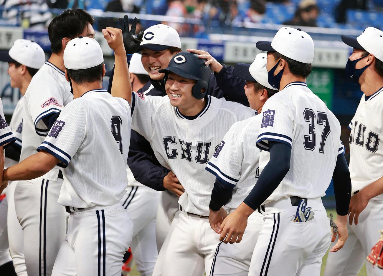 青学大対中大 7回裏中大2死一、三塁、古賀(中央)は左中間に3点本塁打を放ち、ナインに祝福され笑顔(撮影・浅見桂子)