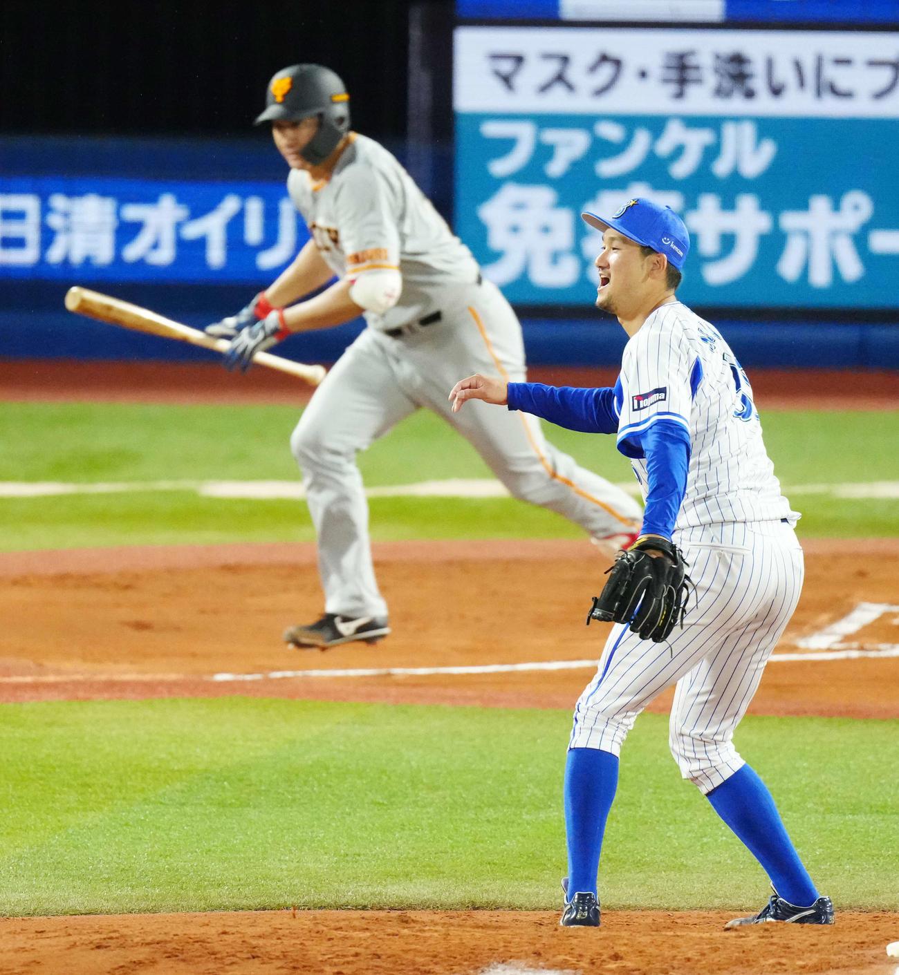 DeNA対巨人 6回表巨人1死、投手強襲内野安打となった菅野(左)の打球が直撃した三上(撮影・江口和貴)
