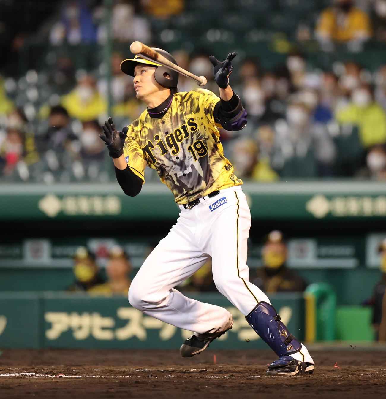 阪神対ヤクルト 5回裏阪神2死二塁、先制の左越え2点本塁打を放つ藤浪(撮影・清水貴仁)