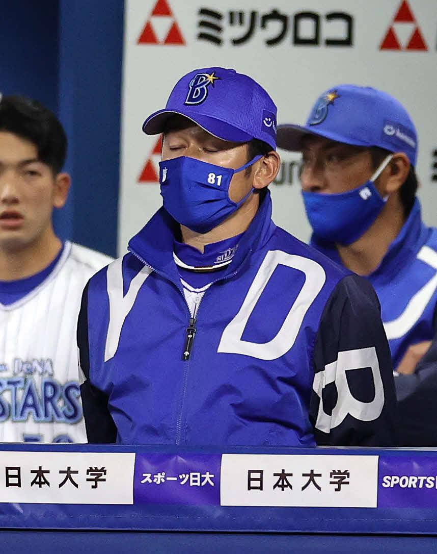 DeNA対巨人 敗戦し悔しそうな表情を見せるDeNA三浦監督(撮影・鈴木正人)
