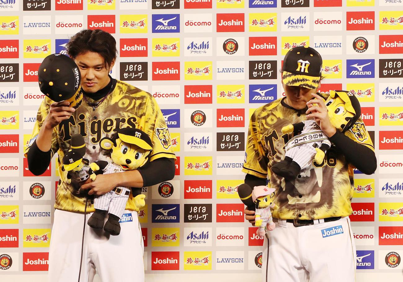 阪神対ヤクルト ヒーローインタビューを受ける藤浪(左)と小林(撮影・加藤哉