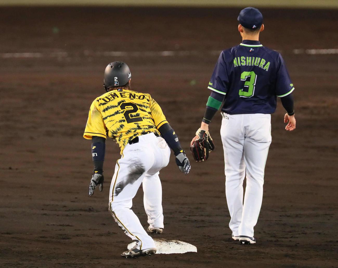 阪神対広島 5回裏阪神2死一塁、打者藤浪の時、梅野は余裕で二盗を決める(撮影・宮崎幸一)
