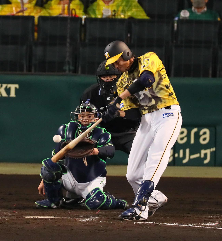阪神対広島 5回裏阪神2死二塁、藤浪は左越え先制2点本塁打を放つ(撮影・宮崎幸一)