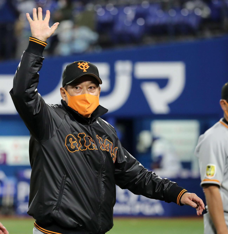 DeNA対巨人 ファンに手を振る巨人原監督(撮影・鈴木正人)
