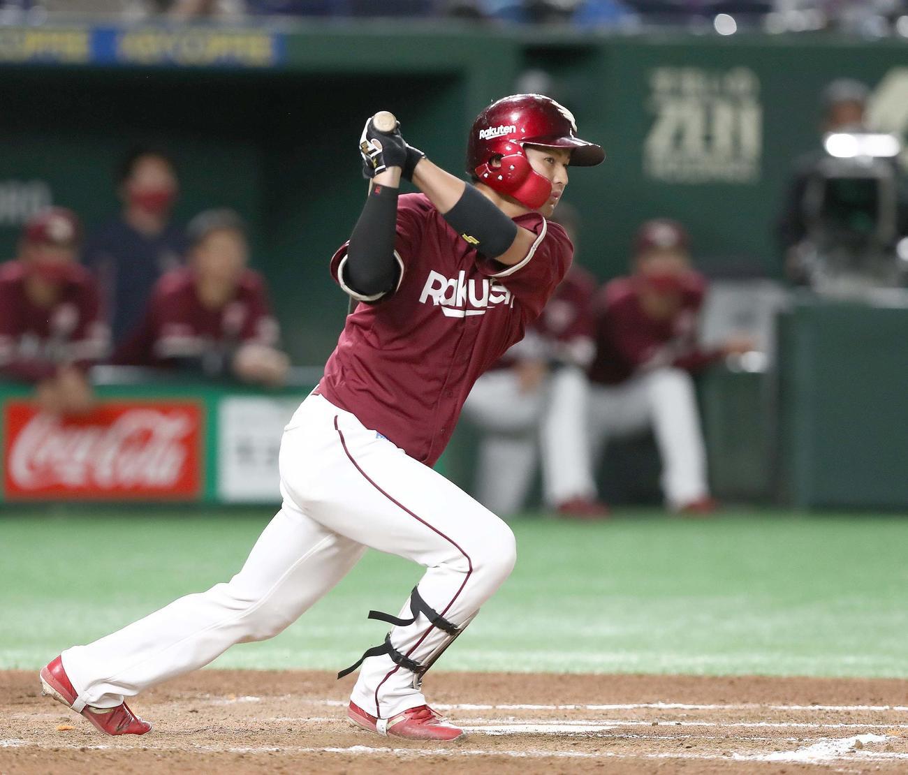 日本ハム対楽天 7回表楽天無死二塁、右越え適時二塁打を放つ黒川(撮影・黒川智章)