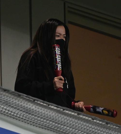 日本ハム対楽天 応援バットを手に楽天田中将を応援するまい夫人(撮影・山崎安昭)