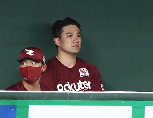 日本ハム対楽天 5回を投げ終えベンチで試合を見つめる田中将(撮影・黒川智章)
