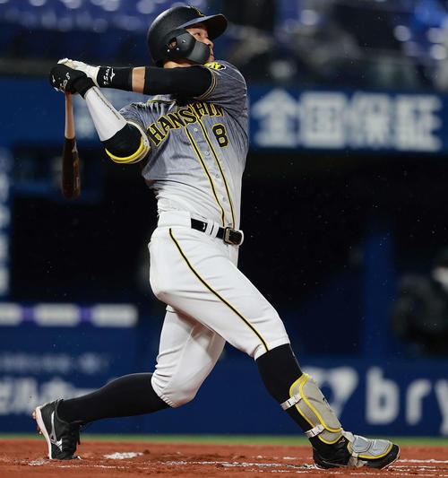 4月9日のDeNA対阪神 6回表阪神無死、佐藤輝は右越え場外本塁打を放つ(撮影・野上伸悟)