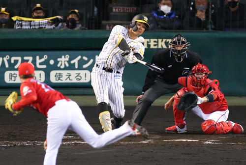 4月14日の阪神対広島 4回裏阪神無死一塁、佐藤輝は森下から甲子園1号となる右越え2点本塁打を放つ(撮影・上山淳一)
