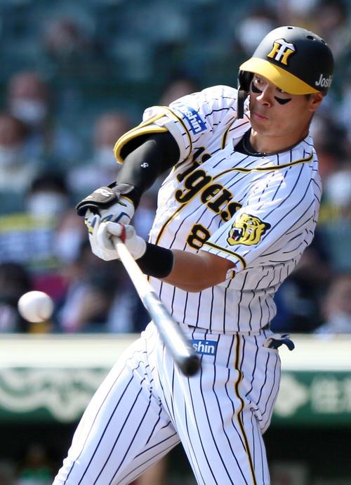 阪神対DeNA6回戦 2回裏阪神無死一塁、佐藤輝明は右越え2点本塁打を放つ(撮影・上山淳一)=2021年4月25日、甲子園球場