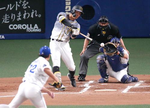 27日、中日対阪神  2回表阪神2死、佐藤輝は右越え本塁打を放つ