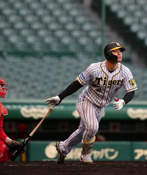 阪神対広島 5回裏阪神無死満塁、佐藤輝は右越え満塁本塁打を放つ(撮影・上山淳一)