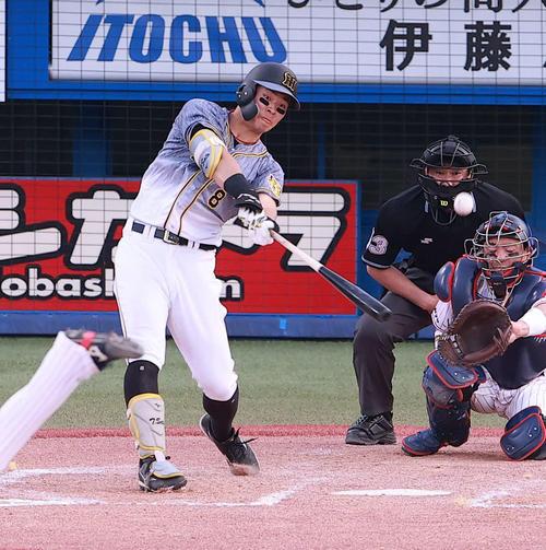 9回表阪神1死、杉山晃基から左越え本塁打を放つ佐藤輝(撮影・野上伸悟)