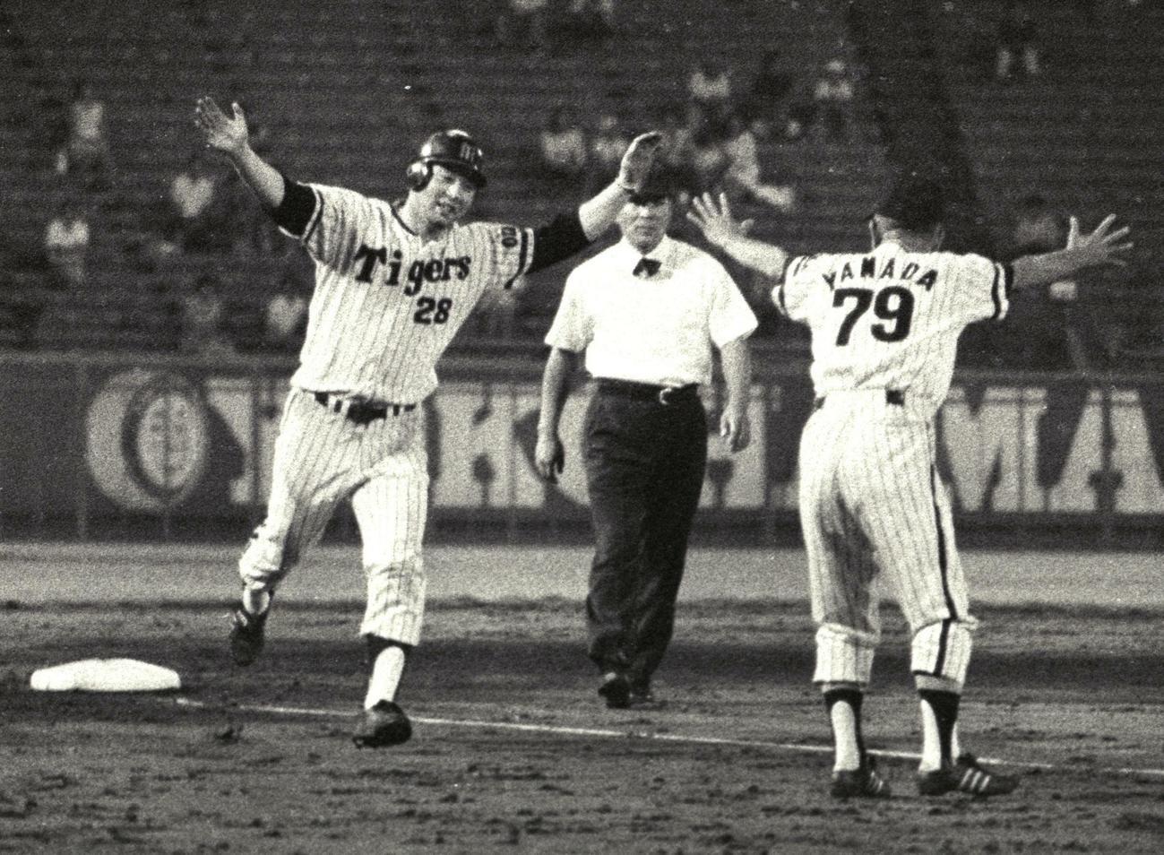 73年8月、11回裏、江夏は右翼へサヨナラ本塁打を放ち、三塁ベースをまわり両手を広げる